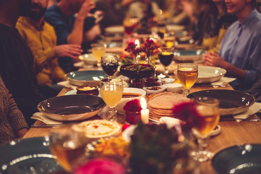 festbord med glass og mat